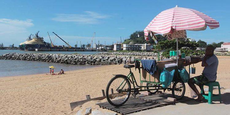 Comercio Informal, Praia de Imbetiba. Macaé/RJ. Data 13/04/2018. Foto: Ana Chaffin.