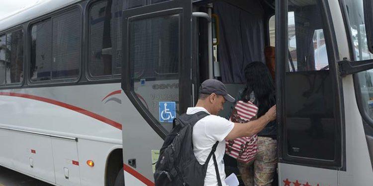 Transporte Universitário no ponto Pça Veríssimo de Melo  Macaé, Rio de Janeiro-Brasil, 13/09/2018.