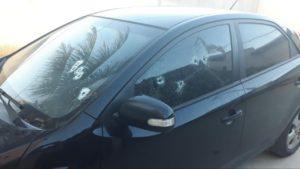O carro do policial civil (foto) ficou com diversas marcas de tiros,