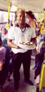O aniversário de 36 anos de Iran foi comemorado dentro do ônibus, com todos os passageiros.