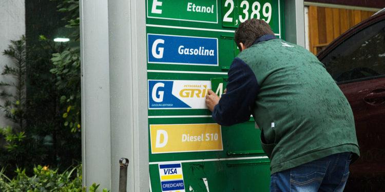 SÃO PAULO, SP, BRASIL, 04.09.2018: ECONOMIA-SP - A gasolina sofre novo aumento nos preços de acordo com o anúncio feito hoje pela Petrobras. A alta de 1,68% eleva o valor de 2,1704 para R$ 2,2069 o litro do combustível e começa a valer nesta quarta-feira (5). Os postos podem ou não repassar o aumento de preços para o consumidor final. (Foto: Raphael Castello/Folhapress)